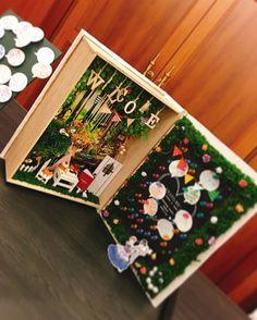 先日 #結婚式 をあげられたカップルの #ウェルカムグッズなんと!新郎様の妹様の手作りです!細部までこだわって作ってある本型のメッセージグッズ右側は黒板になっており、ゲストの方からのメッセージを貼るスペースになっています!左側に見える小さなアルバムは、中もしっかり写真が貼られていました!愛のこもったウェルカムグッズでゲストの皆様をお出迎えです#タカクラホテル #タカクラウエディング #DIY #wedding Wedding Crafts, Diy Wedding, Libros Pop-up, Pen Pal Letters, Japanese Home Decor, Message Card, Wedding Welcome, Wedding Album, Miniture Things