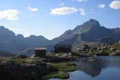 Sjarmerende hytte ved koselig fjellvann og med flott dagsturmuligheter til Hermannsdalstinden som sees i bakgrunnen.   //  Reinebringen (Reine) : 2018 Ce qu'il faut savoir pour votre visite - TripAdvisor  //  #lofoten #moskenes #hamnøy #reinefjord #reinefjorden #reinefjordensjøhus #luxury #highend #luxuryvacation #accommodation #rorbu #rorbuer