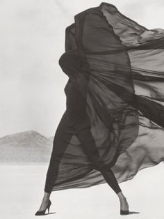 Versace, Veiled Dress, El Mirage,1990 by Herb Ritts; Copyright: © Herb Ritts Foundation. The J. Paul Getty Museum, LosAngeles, Gift of Herb Ritts Foundation.
