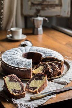 """Marmorkuchen… Hach. Ich liebe Marmorkuchen. Ihr auch? Saftig, schokoladig, fluffig – genau so sollte er sein. Es gibt nichts schlimmeres als einen trockenen Rührkuchen. Meine bessere Hälfte sagt immer, da bekommt der Ausdruck """"trockener Kuchen"""" eine ganz neue Bedeutung. Erst im Juni habe ich euch das Rezept für meinen Marmorkuchen 2.0 gegeben aber ich mussWeiterlesen"""