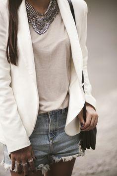 Street Look | Maxi colar, blusa rosa bebê, blazer branco e short jeans rasgado