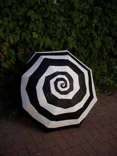 Spiral umbrella, Tim Burton style espiral blanco y negro black white Tim Burton Style, Mode Steampunk, Winter Typ, Under My Umbrella, White Umbrella, Brollies, Umbrellas Parasols, Night Circus, Singing In The Rain