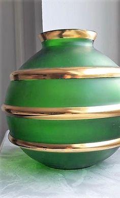 Váza ze zeleného skla se třemi zlacenými prstenci s matným dekorem. Vyrobeno ve sklárně Bratří Podbirů ve 30. letech, Dobrý stav bez poškození, běžné známky stáří a používání, rozměr - v. 23 cm, prům. 23 cm Stav, Czech Glass, Vases, Glass Art, Tableware, Dinnerware, Tablewares, Dishes, Place Settings