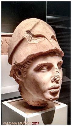 Busto de mármol de un guerrero con el casco. Marble bust of a warrior with helmet.