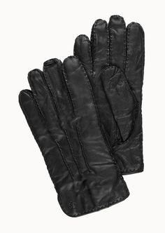 Lässig-eleganter Handschuh aus einem exzellenten Glattleder. Robusten Nahtdetails sowie knöpfbare Riemen setzen zudem tolle Akzente. Neben der hervorragenden Material-Qualität sorgt das ungemein weiche und wärmende Innenfutter für beste Trageeigenschaften mit Wohlfühl-Charakter. Aus 100% Leder....