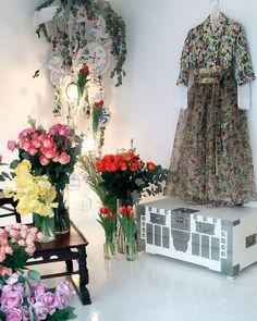 따뜻한날씨였던 오늘 금요일 . 이미 봄향기가득한 삼청동입니다 . . . . . #차이킴#Tchaikim #삼청동#showroom#display #readytowear #fashion #hanbok #철릭원피스#2016ss#newcollection #spring #garden #flower