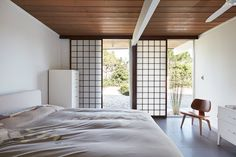 This Eichler Home in California Mixes Scandinavian Vibes With Midcentury Charm #california #eichler #homerenovation #midcentury #midcenturymodern #bedroom