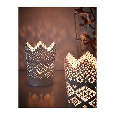 SKURAR Kerzenhalter IKEA Der warme Schein der Kerzenflamme schimmert dekorativ durch das Stanzmuster des Leuchters.
