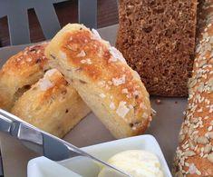 Strøs opp på brødet før steking Maldonsalt eller havsalt av god kvalitet Rør gjæren ut i det kalde vannet, ha i linfrø. Tilsett nok mel til at du får en klissete deig. Bread Recipes, Baking Recipes, Tapas, Food Porn, Norwegian Food, Artisan Bread, Creative Food, Bread Baking, Yummy Cakes