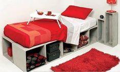 Caixas de madeira formando suporte para cama.