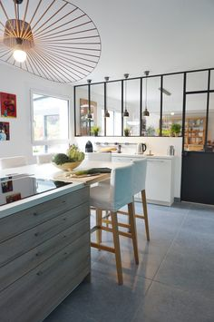 Cuisine bar avec verrière aménagée par l'agence d'architecture ADC l'Atelier d'à côté dans l'Essonne