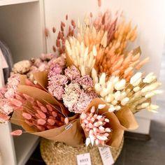 Egy csokor szárazvirág dekoráció minden időben tökéletes választás, hogy feldobd a lakásod vagy a munkahelyeden az asztalod. Letisztult, elegáns megjelenése igazán mindenhol megállja a helyét. Pasztell szárazvirágcsokraink most nálunk is hatalmas kedvencek. Jelenleg készleten lévő szárazvirágcsokor: nyuszifül (lagurus) fehér, halvány rózsaszín, barack, bordó színekben; rózsaszín szárított bazsarózsa (peónia) csokor. Kérlek a megjegyzés rovatba írd be melyiket szeretnéd. Floral Wreath, Wreaths, Decor, Floral Crown, Decoration, Door Wreaths, Deco Mesh Wreaths, Decorating, Floral Arrangements