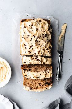 Chocolate Chip Banana Bread with Peanut Butter Frosting. Say hello to this vegan chocolate chip banana bread with peanut butter frosting! Super simple, incredibly delicious and ready in under an hour! Gourmet Recipes, Sweet Recipes, Baking Recipes, Cake Recipes, Dessert Recipes, Dutch Recipes, Oven Recipes, Frosting Recipes, Lasagna Recipes