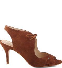 Delicadas e charmosas as sandálias com fechamento em laço de couro garantem um toque ultra feminino aos mais variados visuais. O salto mais baixo é um must have para quem não abre mão do conforto ali