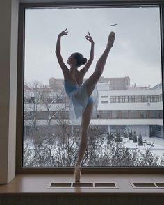 What a beautiful, simple line Ballet Art, Ballet Dancers, Ballet Painting, Dance Photos, Dance Pictures, Ballet Photography, Ballet Beautiful, Just Dance, Yoga