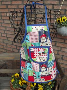 Bunte Kinderschürze, damit deine Kleinen dir bei der Gartenarbeit helfen können ohne dreckig zu werden/ colorful gardening apron with funny prints for kids made by Traumfabrik via DaWanda.com