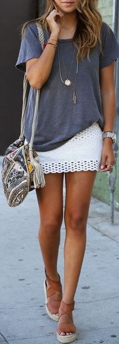 Love this casual yet stylish look. Her crossbody bag is so unique and cool and I love her delicate layered necklaces