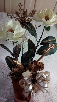 Cachepô de natal de mesa,que serve não só para o Natal,mas para conservar o ano todo,feito de mdf pintado,flores artificiais pintadas motivo de natal, fitas, enfeites natalinos diversas sementes da natureza secas envernizadas e pintadas. R$ 119,00