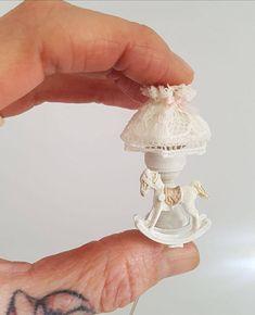 Lámpara en miniatura hecha a mano decorada con un pequeño caballito balancín todo transformado y decorado por Pilar Sampietro. Precio por unidad.