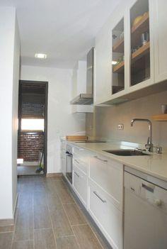 cocina muy angosta - Buscar con Google Kitchen Booths, Kitchen Cupboards, Kitchen Dining, Kitchen Decor, Skinny Kitchen, Mini Kitchen, Small Open Kitchens, Kitchenette, Interior Design Kitchen