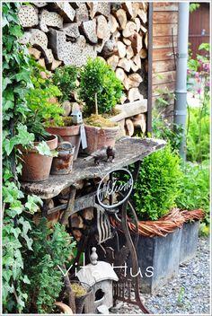 * VitaHus *: Vita Hus zu Besuch im Schweizer Garten - Klaudia Fritz - - Dekoration World - Welcome to the World of Decor! Small Balcony Garden, Garden Pots, Diy Garden, Townhouse Garden, Garden Deco, Garden Structures, Porches, Garden Styles, Garden Inspiration