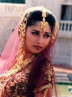 Madhuri Dixit Indian Bollywood Actress, Bollywood Saree, Beautiful Bollywood Actress, Most Beautiful Indian Actress, Bollywood Fashion, Indian Actresses, Indian Celebrities, Bollywood Celebrities, Madhuri Dixit Saree