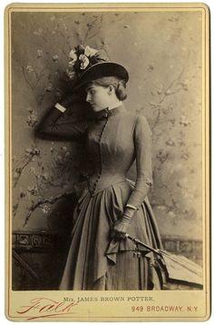 Victorian Photos, Victorian Women, Victorian Era, Antique Photos, Historical Costume, Historical Clothing, Historical Dress, Victorian Photography, 19th Century Fashion
