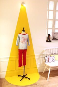 Great Decorating Ideas Inspired By Crazy Store & Window Displays Le Petit Bateau got clever with paint to highlight clothing, but the same could be done for any piece of artwork or wall decoration. Boutiques, Bright Paint Colors, Vitrine Design, Store Window Displays, Retail Displays, Kids Store Display, Idea Store, Window Display Design, Artwork Display