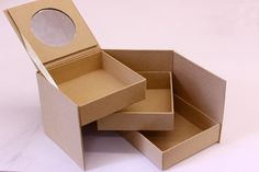 Μπιζουτιέρα Papier Mache με Καθρέφτη PI3029  Χάρτινο κουτί Papier Mache Μπιζουτιέρα με καθρέφτη, ιδανικό για να το χρησιμοποιήσετε ως έχει ή να το διακοσμήσετε με όποια τεχνική θέλετε. Κολλήστε Washi Tapes, διακοσμήστε με σφραγίδες ή ζωγραφίστε το, συνδυάστε μικρά ξύλινα ή μεταλλικά διακοσμητικά στοιχεία, κορδέλες, κορδόνια και ότι άλλο μπορείτε να φανταστείτε.Ιδανικό και ως βάση για Ντεκουπάζ. Washi, Container, Papier Mache, Canisters