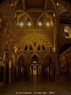 Abd al-Rahmán ben al-Hakam amplió una nave de la parte oriental y una nave de la occidental y decoró once arcos. Elevó sus techos con aparejos magníficos. Dispuso que la extensión de la nave fuera de 9 codos y medio. Y completó en siete las puertas de la mezquita aljama, siendo la anchura de cada puerta de cinco codos. Dispuso que la ampliación, desde el fin de las columnas hasta el final de la qibla, fuera de 49 codos y que el ancho de las pilastras en la mezquita fuera de cinco palmos.