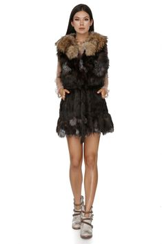 The perfect combination between luxury and cool – this Vero Milano long fox and rabbit fur makes fur feel young and modern. This vest in a longer model is wonderful, and definitely a great investment in your wardrobe this fall. In beautiful shades of brown, grey and black, it features a belt cinching the waist to create a sharp silhouette.