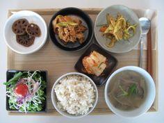 2011년 8월 29일 월요일 그때그때밥상 입니다. 연근조림 + 돼지불고기 + 아삭오이무침 신선한 샐러드 + 잘익은 김치 + 몸에 좋은 현미밥 + 버섯들깨국 입니다.