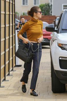 Selena Gomez Shows Us How To Style Pinstripe Pants (Le Fashion) Selena Gomez Fashion, Selena Gomez Outfits, Selena Gomez Fotos, Selena Gomez Style, Selena Gomez Jeans, Selena Gomez Coach, Girl Fashion, Fashion Looks, Fashion Outfits