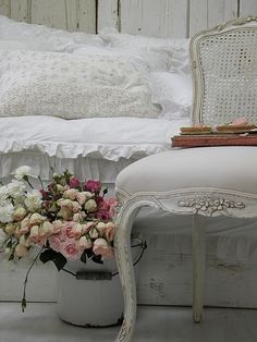 Beautiful, linen vignette~❥And those lace pillows! TG