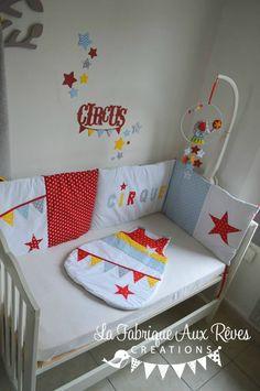 gigoteuse tour lit mobile stickers bébé cirque étoiles éléphant rouge jaune bleu gris Circus Theme, Sewing Projects For Kids, Nursery Themes, Decoration, Baby Quilts, Baby Kids, Kids Room, Toddler Bed, Furniture