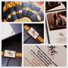 Invitaciones para boda, en azul y dorado con fotografía de los novios.
