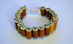 Pulsera hecha de hojas de revistas en tonos cafés #bracelet #recycling #handmade #madeinchile #accesories #fashion #design