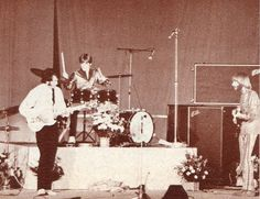 A super rare shot of Davy playing drums on the Monkees' 1968 tour.        Aahhhhh!  I luv this!!