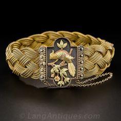 Un raro avistamiento! Una de tres colores con plumas de oro cacatúa ha posado sobre la adecuación de follaje en la pieza central de esta pulsera malla tejida Victorian consumada.