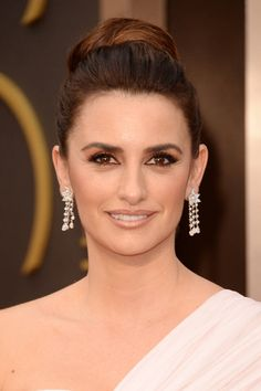 chopardredcarpet: Presenter Penelope Cruz looked beautiful wearing a pair of white diamond chandelier earrings set in platinum, featuring a floral cluster of pear-shape diamonds and brilliant-cut diamond drops. Flawless Makeup, Flawless Skin, Celebrity Hairstyles, Cool Hairstyles, Beautiful Hairstyles, Penelope Cruze, Chopard Earrings, Angelina Jolie Makeup, Nailart