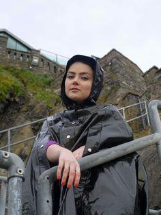 køn pige i regntøj.