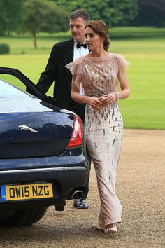 A high-necked, cap-sleeved dress is glamorous without being revealing. #refinery29 http://www.refinery29.com/2016/07/117781/kate-middleton-modest-dresses#slide-6