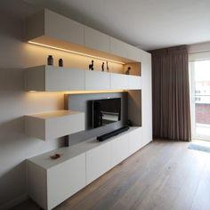 In dit TV meubel creëerden we zoveel mogelijk opbergruimte zonder de kast zwaar te laten overkomen.De hele kast werd met behulp van valdeurtjes en (inliggend verborgen) lades opgebouwd om zoveel