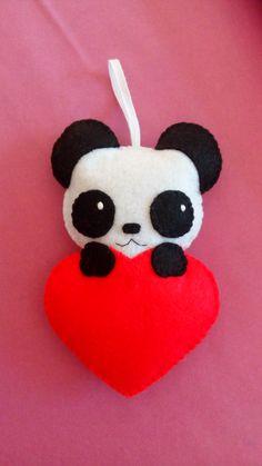 Little panda in a felt heart to hang on your backpack! - Little panda in a felt heart to hang on your backpack! Felt Crafts Diy, Felt Diy, Handmade Felt, Felt Patterns, Stuffed Toys Patterns, Felt Flower Tutorial, Little Panda, Felt Bunny, Felt Christmas Ornaments
