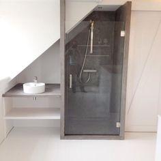 """Richard van Meerveld op Instagram: """"Verbouwing zolder: slaapkamer, douche en werkruimte ineen. #betoncire #kastenwand #meubelsopmaat #timmerman #meubelmaker #zolder #douche"""""""