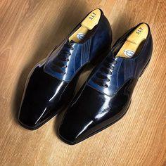 @georgecleverley bespoke tuxedo shoe. A beautiful mix of a oxford with elastic on the sides in two tones with the details of the silk laces. ———–——————————— Zapatos de smoking a medida de #georgecleverley Una mezcla hermosa de un oxford con elástico en los lados en dos tonos con los detalles de los cordones de seda. #tuxedo #shoe #shoemaker #cleverley #england #bespoke #hadmade #shoeporn #menshoes #menswear #luxuryshoes #fashion #smoking
