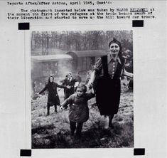 """Prisioneiros judeus no momento de sua libertação de um campo de """"trem da morte"""" internamento perto do Elba em 1945."""