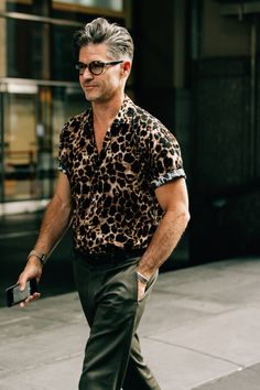 The best men's street style fits spotted outside the new york fashion week: men's spring-summer 2018 shows by the editors, buyers, and more who wear them Street Style Trends, Best Men's Street Style, Cool Street Fashion, Mens Street Style 2018, New York Fashion, Trend Fashion, Style Fashion, Work Fashion, Guy Fashion