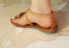 Ik ben dol op dansen dragen deze sexy sandalen! Een lichtgewicht, stijlvolle paar sandalen gemaakt van de fijnste Griekse lederen. Prachtige vrouwen sandalen! Perfect voor elke dag, perfect voor het dansen, perfect voor mode decoratie met pompoms, kwasten, vriendschap armbanden of iets anders.
