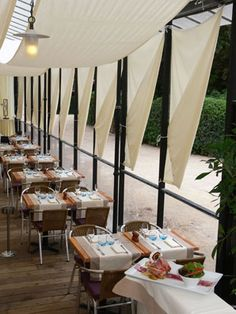 Restaurant La Baleine - Paris 5e  Whale, the gourmet stop at the Garden in Paris!   Located within the walls of the Jardin des Plantes in the heart of Paris, the Whale restaurant is open  7 days on 7, for lunch from 12am to 15h, for tea in the afternoon and for dinner from 19h to 22h.